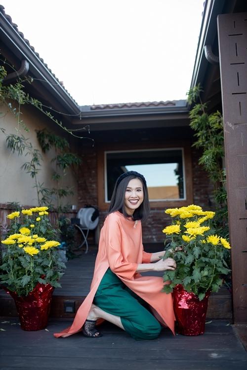 Vườn của Linh có lựu, chanh, nhãn đều sai trĩu quả và mặt hồ đầy hoa sen nở rộ khi vào hè.