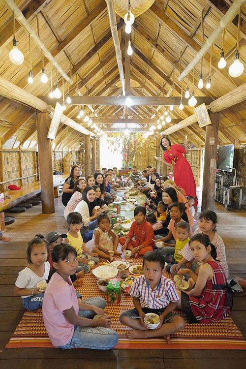 HHen Niê vui đón Tết Canh Tý bên gia đình ởĐắk Lắk.Ngày mùng 1 Tết cô dậy từ lúc5hsáng để chuẩn bị đồ ăn cho mọi người.Người đẹp hạnh phúc khi được quây quần bên cả nhàdùng bữa cơm đầu năm.