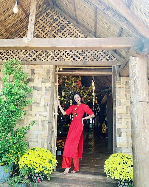 Tại Đăk Lăk , nhà của HHen Niê trang hoàng hoa mai, hoa cúc và cây quất lớn.