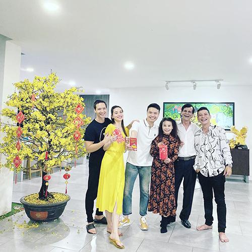 Kim Lý và những người bạn đến chúc Tết nhà Hồ Ngọc Hà.