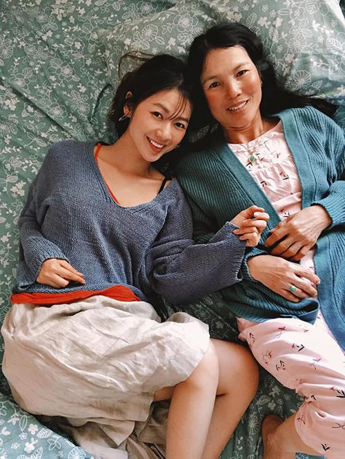 Diễn viên Kiều Oanh hạnh phúc bình yên bên mẹ.