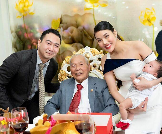 Lan Khuê bế con trai, nở nụ cười rạng rỡ khi chụp ảnh cùng ông nội của Tuấn John. Doanh nhân Nguyễn Chấn là chồng của cố doanh nhân Trần Thị Hường (thường gọi là Tư Hường). Bà là người phụ nữ nổi tiếng giàu có và quyền lực.