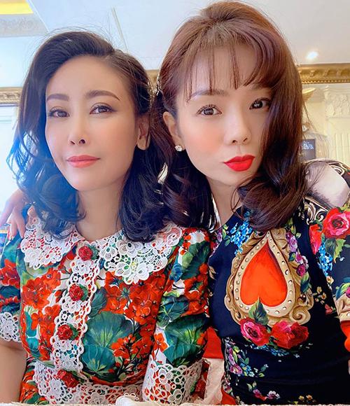 Pose ảnh Tết chụp cùng Hoa hậu Hà Kiều Anh, ca sĩ Lệ Quyên chia sẻ: Chị bảo,em gái chị ngày càng trẻ càng xinh. Em bảo,em mong đẹp bền vững như chị cơ.