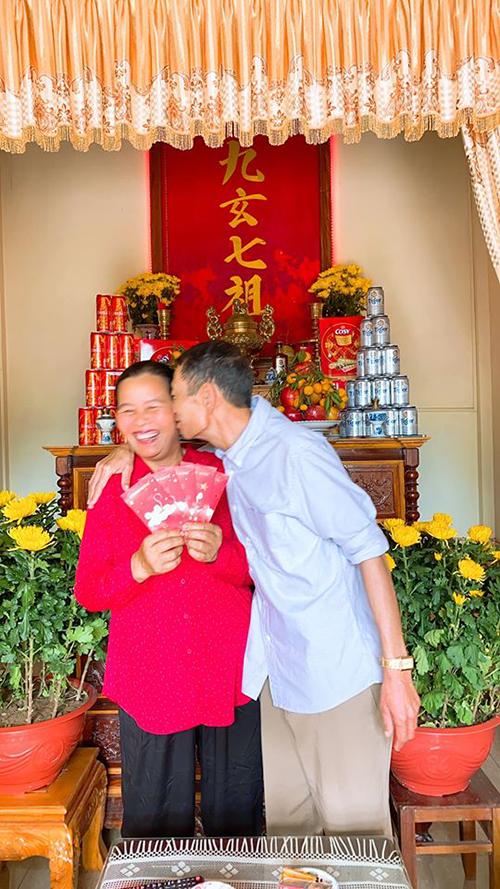 Bố mẹ Lê Thúy tình cảm chụp ảnh kỷ niệm đầu xuân.