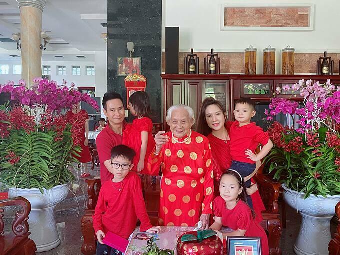 Gia đình Lý Hải - Minh Hà diện trang phục đỏ đồng điệusum vầy bên người mẹ ngoài 90 tuổi của nam ca sĩ.