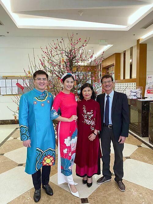 Bạn trai của Ngọc Hân diện áo dài xanh nổi bật tưới rói trong bức ảnh chụp cùng bố mẹ cô.