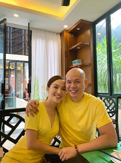 Phan Đình Tùng và vợ diện trang phục vàng nổi bật.