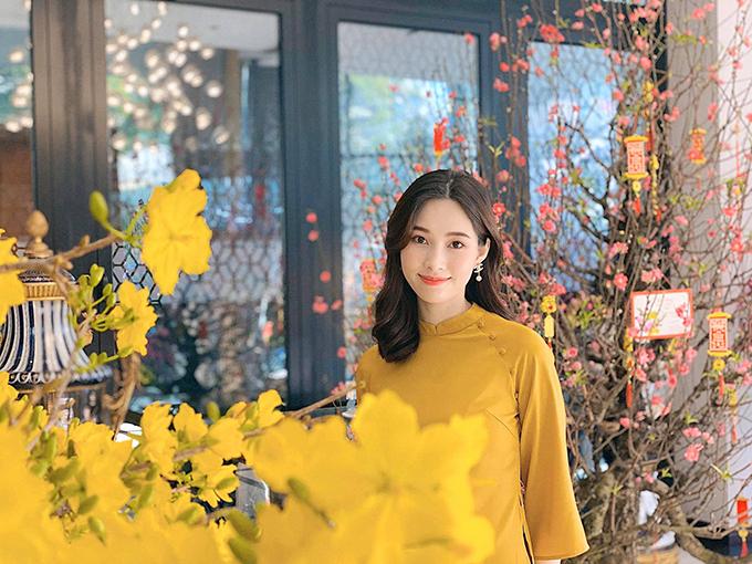 Hoa hậu Thu Thảo rạng rỡ với áo dài Tết.