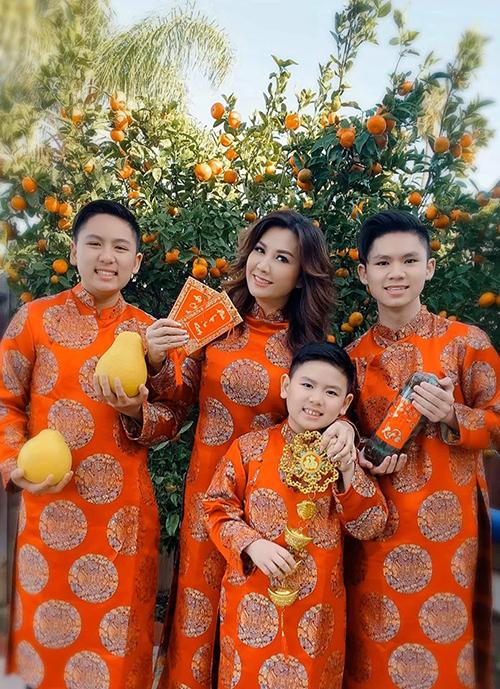 Trizzie Phương Trinh (vợ cũ Bằng Kiều) cùng ba con diện áo dài ton sur ton mừng Tết Nguyên đán dù đang sống tại Mỹ.