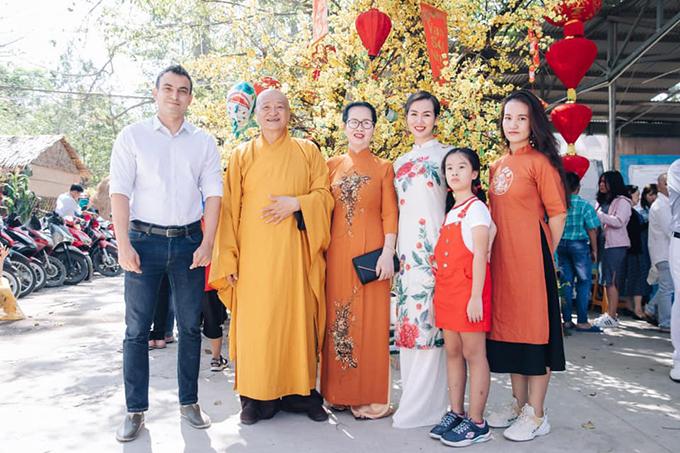 Vợ chồng Võ Hạ Trâm cùng gia đình đi chùa đầu năm. Nhiều người nhận xét nữ ca sĩ giống mẹ như đúc.