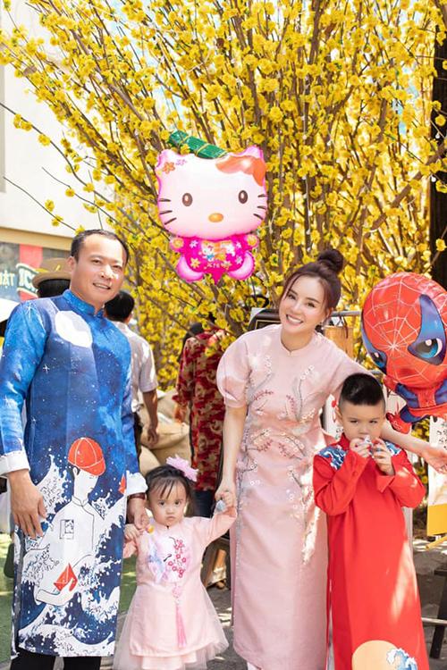 Vy Oanh cùng chồng con đi lễ đầu năm. Nữ ca sĩ cảm thấy cuộc sống hiện tại của cô đã viên mãn, đủ đầy nên không mong gì hơn ngoài cầu cho gia đình, người thân luôn khoẻ mạnh và bình yên, hạnh phúc như thế này.