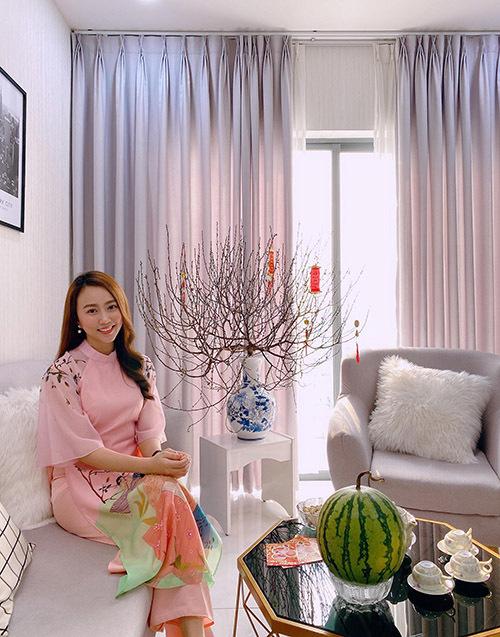 Hồng Loan mua nhà từ năm 2018. Căn hộ của cô nằm trong một khu chung cư cao cấp ở TP HCM. Dịp Tết Canh Tý, nữ diễn viên chia sẻ một vài góc nhà đậm sắc xuân do cô tự tay trang trí.