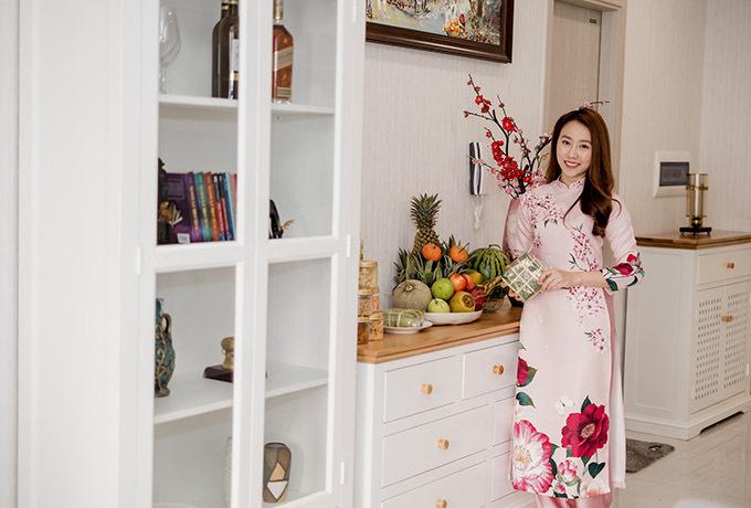 Người đẹp phim Tiệm ăn dì ghẻ sắm Tết đầy đủ với bánh chưng, trái cây đủ loại, bánh mứt, hoa đào.