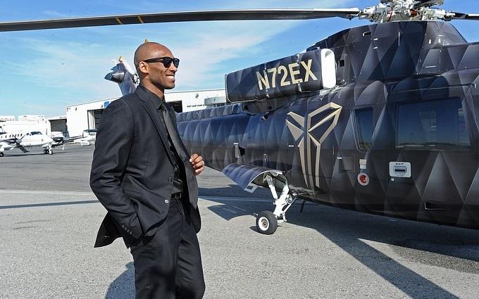 Kobe Bryant và chiếc trực thăng riêng vẫn đưa anh đi khắp nơi thế giới. Ảnh: NBAE.