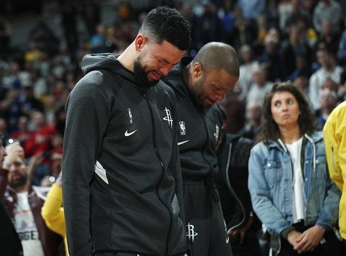 Hai cầu thủ bóng rổ khóc thương Bryant sau khi hay tin. Ảnh: AP.
