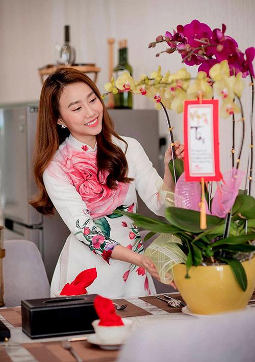 Cô mua một chậu hoa lan về trang trí trên bàn ăn, tạo cảm giác sinh động, ấm cúng cho căn hộ.