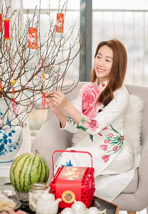 Hồng Loan chia sẻ, cô thích tự tay trang trí, dọn dẹp nhà cửa khi rảnh rỗi. Nữ diễn viên hiện sống cùng em gái ở đây. Mẹ cô từ Bình Dương thỉnh thoảng đến Sài Gòn thăm con gái.