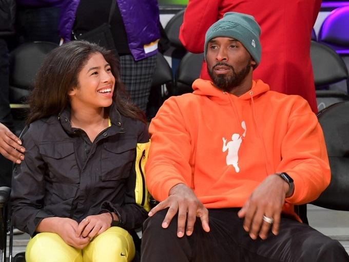 Đoạn video ghi lại cảnh hai bố con trong một trận bóng rổ hồi tháng 12 ở Mỹ. Vừa xem trận đấu, huyền thoại Bryant vừa truyền đạt kinh nghiệm cho cô con gái 13 tuổi, người thừa hưởng niềm đam mê thể thao từ bố.