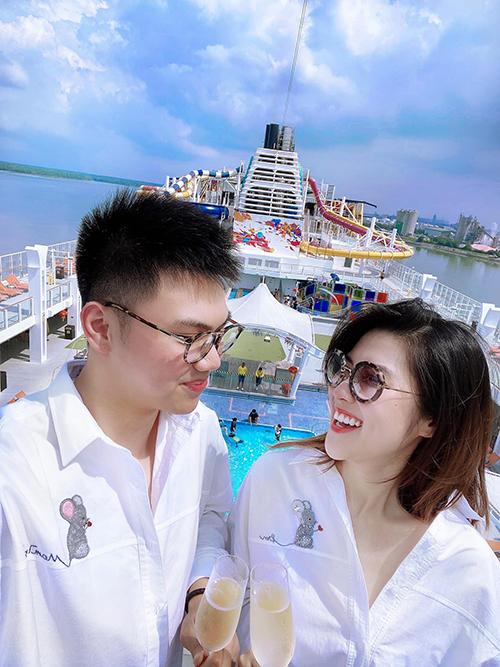 Hoà cùng trào lưu xuân Canh Tý diện áo chuột, Thu Hằng chọn sơ mi đính kết thủ công để mặc đồ đôi cùng em trai khi du lịch trên du thuyền.