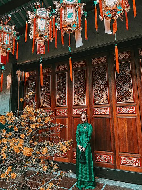 Ca sĩ Yến Nhi chọn nguyên set áo dài tông xanh ngọc để hy vọng năm mới tươi xanh và mang tới những điềm lành.