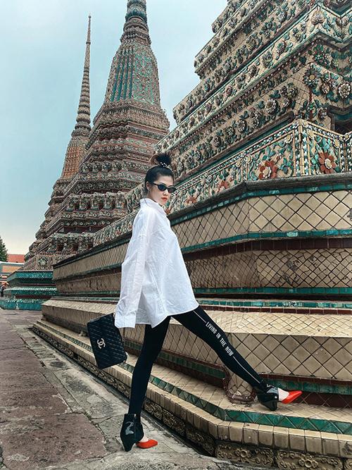 Cùng với váy ngắn, áo hai dây khoe vẻ đẹp sexy, Thu Hằng còn tinh tế trong việc chọn trang phục đơn sắc, kín đáo khi đi viếng chùa ở Thái Lan.
