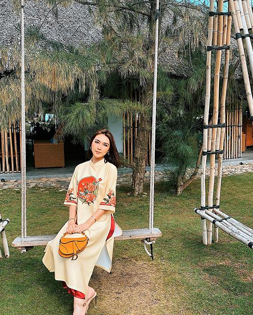 Tường Linh chọn áo dài dáng rộng, tay ngắn khi về Phú Yên đón Tết và đi chơi xuân cùng gia đình.