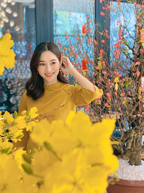 Đặng Thu Thảo khoe sắc bên mai vàng với thiết kế áo dài tay lỡ, cổ thấp phù hợp với tiết trời nắng ấm phương Nam.
