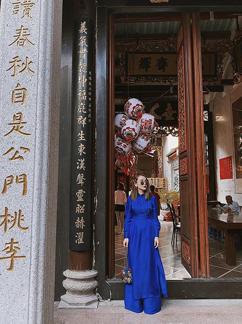 Diện áo dài truyền thống nhưng ca sĩ Yến Trang không quên lăng xê tông xanh blue hot trend của xu hướng thời trang 2020.