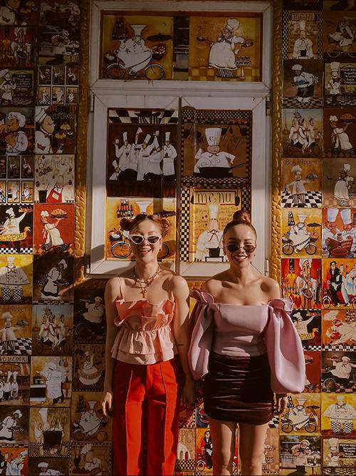 Tết luôn là dịp để Yến Nhi (trái) và Yến Trang (phải) tận hưởng không khí yên ả, trong lành của Sài Gòn. Vì thế hai chị em nhà song Yến cũng lên đồ hoành tráng khi xuống phố.