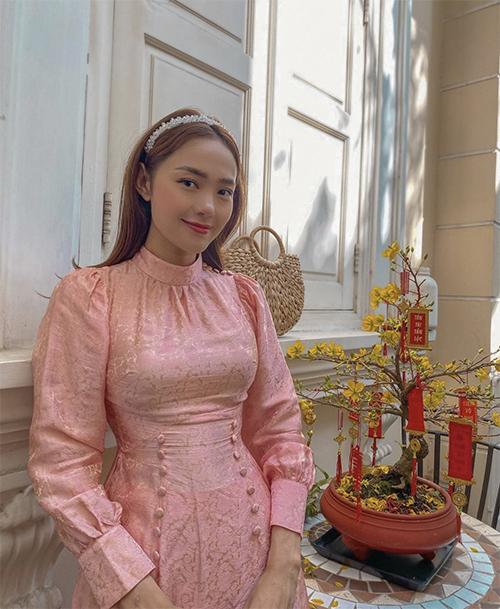 Ca sĩ Minh Hằng với hình ảnh đậm chất bánh bèo khi chọn cài đầu đính hạt ngọc trai để mix cùng áo dài mang hơi hướng cổ điển.