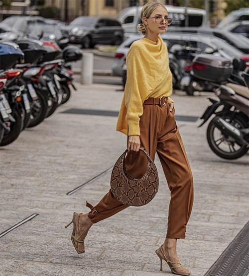 Ngoài những sắc màu sặc sỡ, gam nâu, vàng vẫn tiếp tục thể hiện sự lôi cuốn ở xu hướng thời trang xuân 2020.