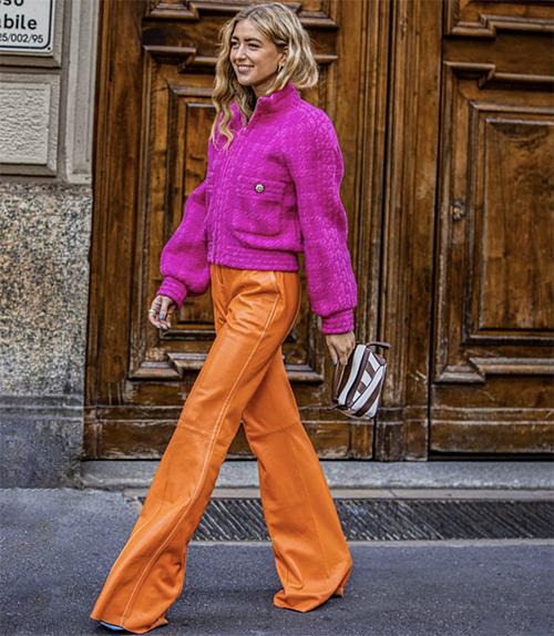 Cách phối hợp các tông màu nóng vẫn được ưa chuộng. Nếu không ngại thể thiện sự phá cách thì chị em văn phòng có thể thử nghiệm việc mix áo hồng cùng quần cam.