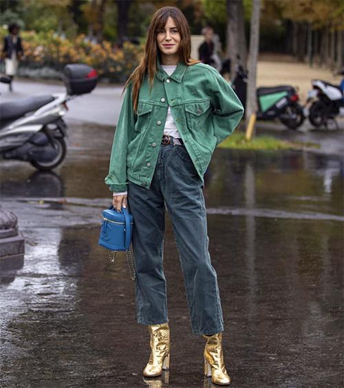 Set đồ đơn giản với áo jeans xanh lá mix cùng áo thun trắng, quần jeans cổ điển. Việc lựa chọn phụ kiện cá tính với tông xanh blue, ánh kim sẽ mang tới tổng thể ấn tượng cho bạn gái.