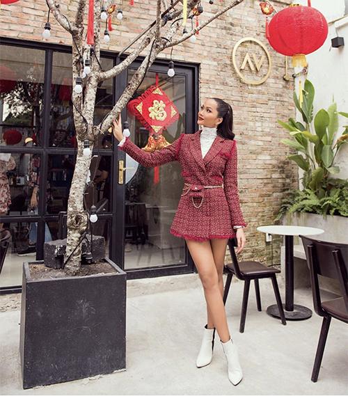 Xuống phố cafe cùng bạn bè, mỹ nhân Đăk Lăk chọn blazer dressthiết kế trên chất liệu vải tweed tạo cảm giác sang trọng. Phom váy ngắn kết hợp cùng bốt cổ thấp sẽ giúp người mặc tôn chân thon một cách hiệu quả.