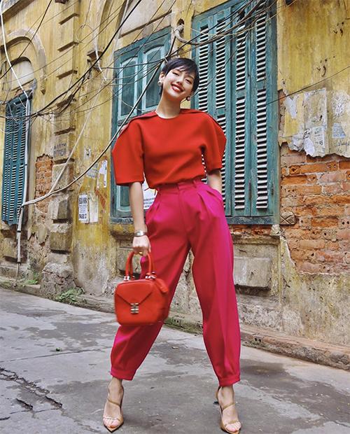 Khánh Linh hoá thành bao lì xì đỏ với nguyên set đồ tông màu hot trend trong dịp lễ Tết. Trang phục không chỉ giúp fashionista nổi bật trên phố mà còn tượng trưng cho may mắn cho ngày đầu năm.