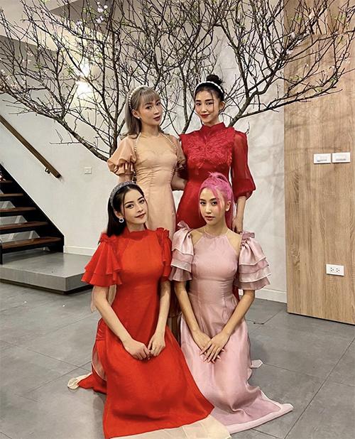 Chi Pu (áo dài đỏ) cùng hội bạn thân diện áo dài cách tân chụp ảnh kỷ niệm trong những ngày đầu năm mới.