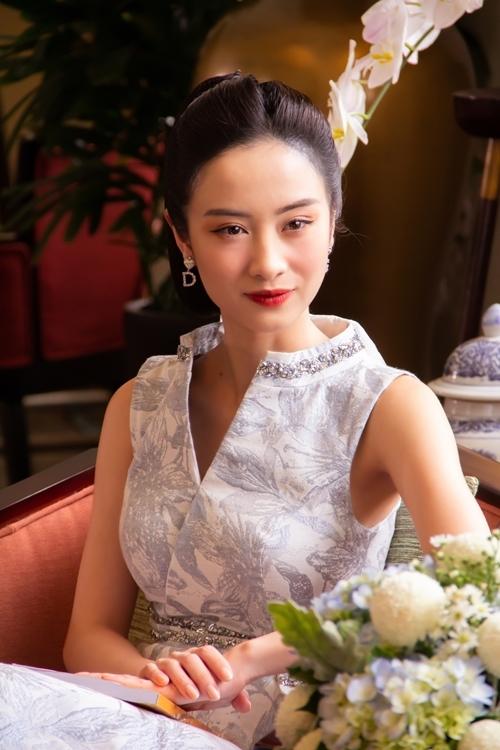 Các nữ nhân vật khác cũng được thiết kế riêng nhiều trang phục phù hợp tính cách. Tiểu thư nhà giàu Khánh My (Jun Vũ đóng) mặc đồ và làm tóc quý phái, nền nã khi xuất hiện trước mặt bà Thái Tuyết Mai lằm lấy lòng bà.