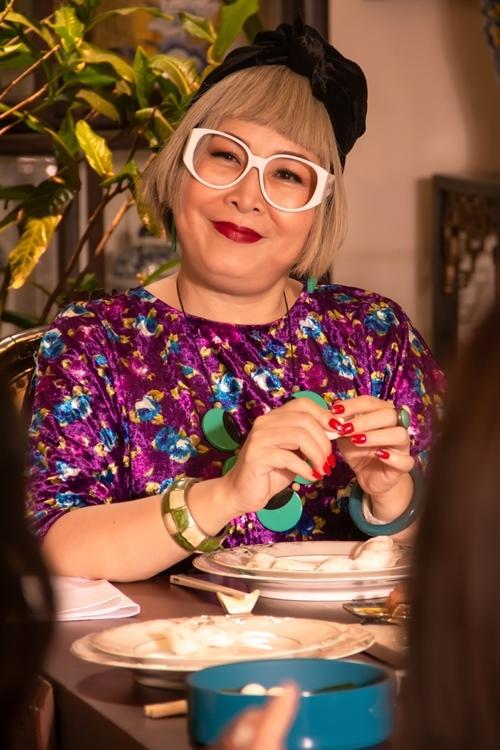 Bà nội (NSND Hồng Vân đóng) là người mặc lòe loẹt nhất phim với nhiều bộ trang phục đến từ các nhà mốt ngoại quốc lẫn được thiết kế riêng, bộc lộ tính cách sôi nổi, trẻ trung hơn tuổi và có phần nổi loạn, vui nhộn.