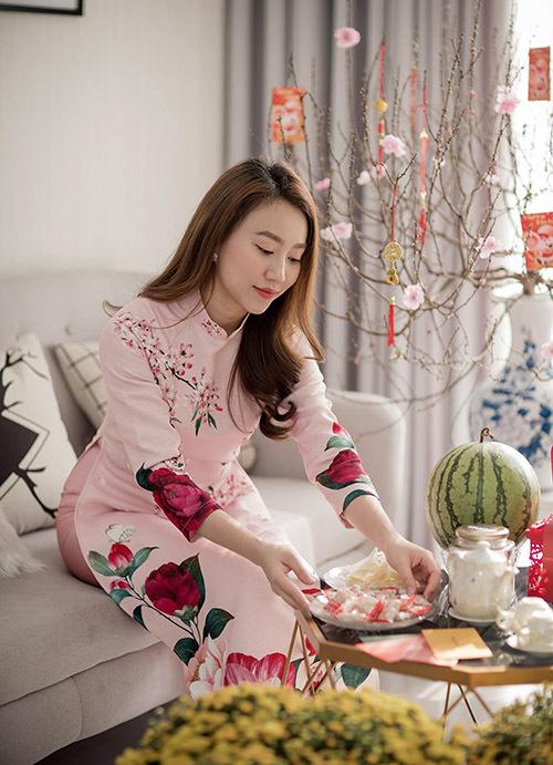 Từ khi bố qua đời, mỗi dịp Tết Hồng Loan lại bùi ngùi nhớ đắng sinh thành. Năm nay cô vui hơn mọi năm vì chị gái mới đưa con trai từ Trung Quốc về đón xuân mới cùng gia đình.