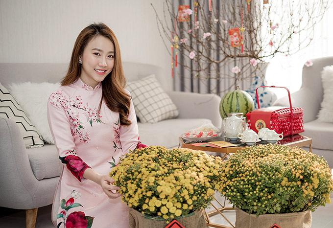 [Caption Huỳnh Hồng Loan chia sẻ thêm Tết này cô chủ yếu đi lại giữa Bình Dương, TPHCM với sân khấu kịch 5B để diễn vở Giao kèo sống thật, Qua Tết, cô sẽ Bắc tiến trong một dự án phim tiếp theo trên sóng VTV của VFC, cũng như dự án phim trong nam HTV Cây táo nở hoa của đạo diễn Võ Thạch Thảo.  Năm 2019 có vẻ là một năm khá thành công của Hồng Loan khi cô có hai phim trên sóng VTV3 đó là vai Hạ Chi 20h trong phim Phụ Huynh Tuổi 18, vai phản diện Cúc trong Siêu phẩm gia đình Tiệm ăn dì ghẻ lúc 21h30 VTV3, ngoài ra cô còn nhận giải thưởng Ngôi sao toả sáng của năm cho hạng mục nữ diễn viên truyền hình xuất sắc nhất năm với 2 dự án trên.