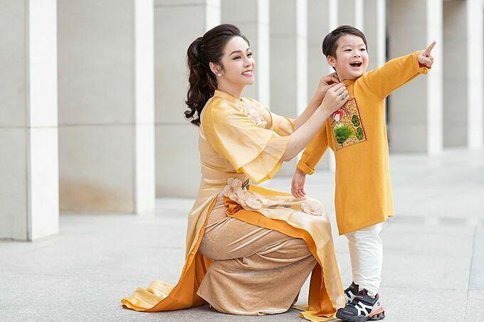 Nhật Kim Anh và con trai trong bộ ảnh xuân mới chụp.