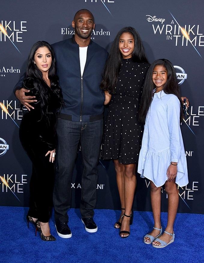 Bryant bên vợ và 2 cô con gái đầu, Gianni đứng bên phải ngoài cùng.