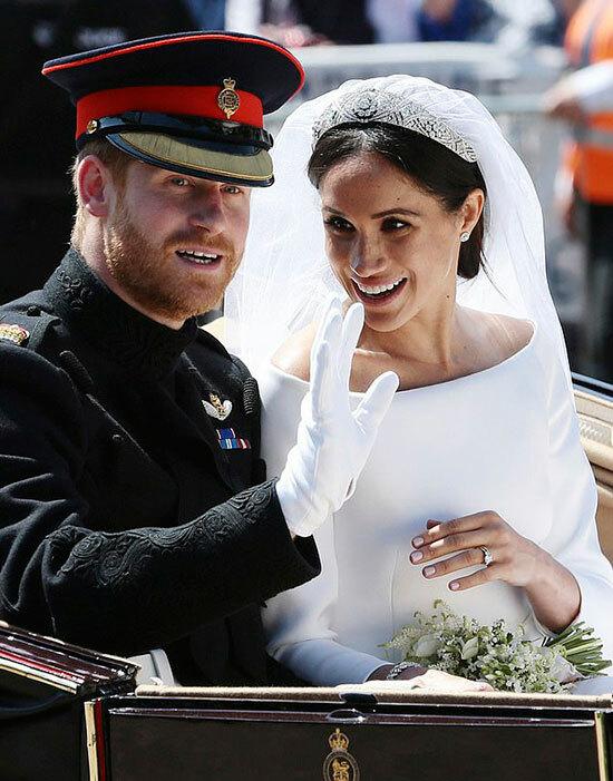Hoàng tử Harry và Meghan ngồi xe ngựa chào người dân sau hôn lễ ở lâu đài Windsor hôm 19/5/2018. Ảnh: PA.