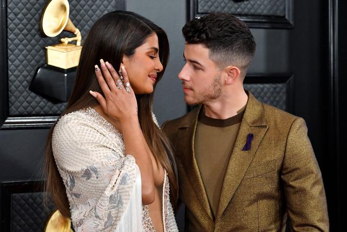 Minh tinh 37 tuổi đến ủng hộ ông xã được đề cử cùng ban nhạc Jonas Brotherstại lễ trao giải năm nay. Nhóm cũng sẽ biểu diễn ca khúc What A Man Gotta Do.