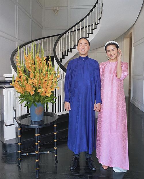 Đã trở thành truyền thống hằng năm, vợ chồng nhà Tăng Thanh Hà (áo hồng), Louis Nguyễn (áo xanh) luôn chọn áo dài để mặc vào mồng một Tết.