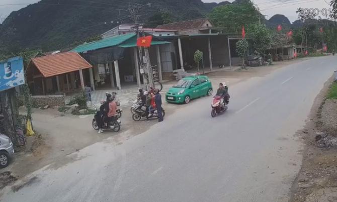 Chiếc taxi tốc độ cao lao tới nhóm người đang đứng bên đường.