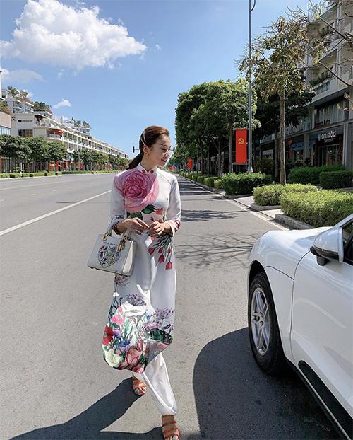 Thanh Hằng được fan khen ngợi dịu dàng và nữ tính khi diện áo dài in hoa lá khi khởi hành đầu năm Canh Tý.