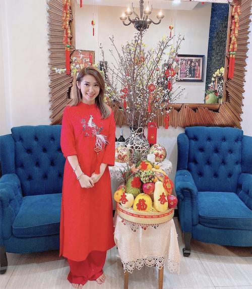 Ca sĩ Khổng Tú Quỳnh diện áo dài đính kết kỳ công khi khoe gian nhà trang trí hoa trái rực rỡ không khí Tết.