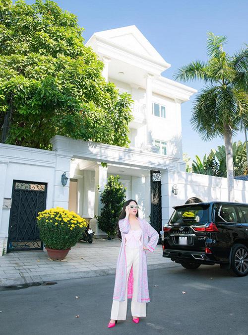 Phượng Chanel sành điệu với trang phục, phụ kiện hàng hiệu gam hồng.