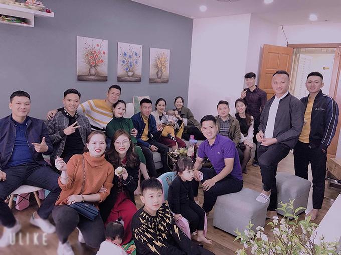 Nhóm cầu thủ Nghệ An như Trọng Hoàng, Âu Văn Hoàn, Trần Nguyên Mạnh, Trần Đức Cường và gia đình tụ tập trong những ngày Tết.